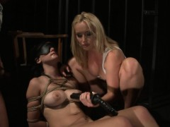 Blindfolded duteous gets their way pussy dildoed